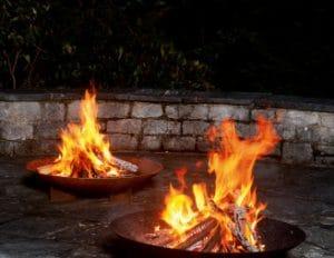 Gulasch draussen am Feuer essen