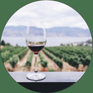 Weinglas auf Veranda